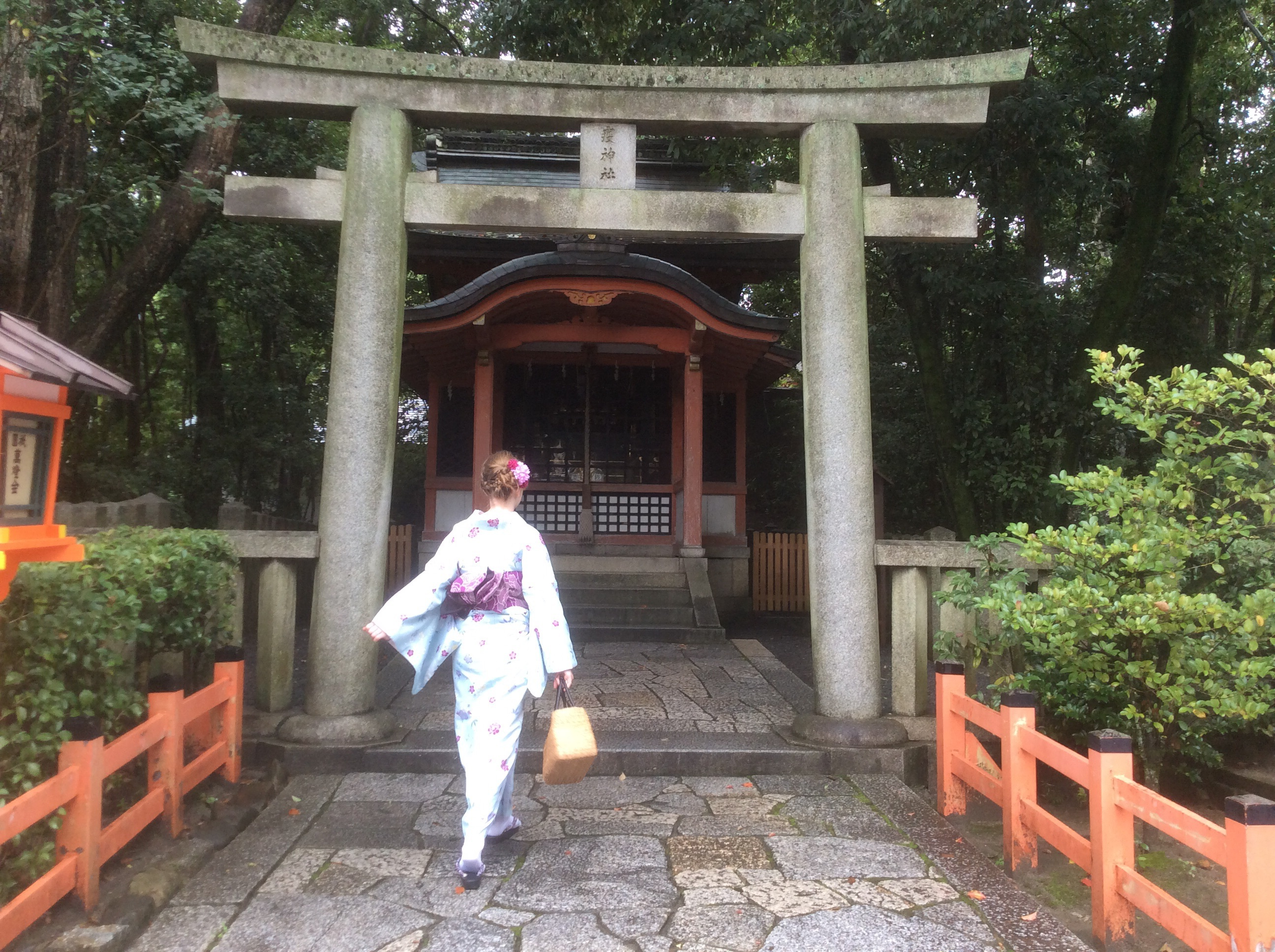 It stopped raining for a while and it got easier to walk in the kimono.